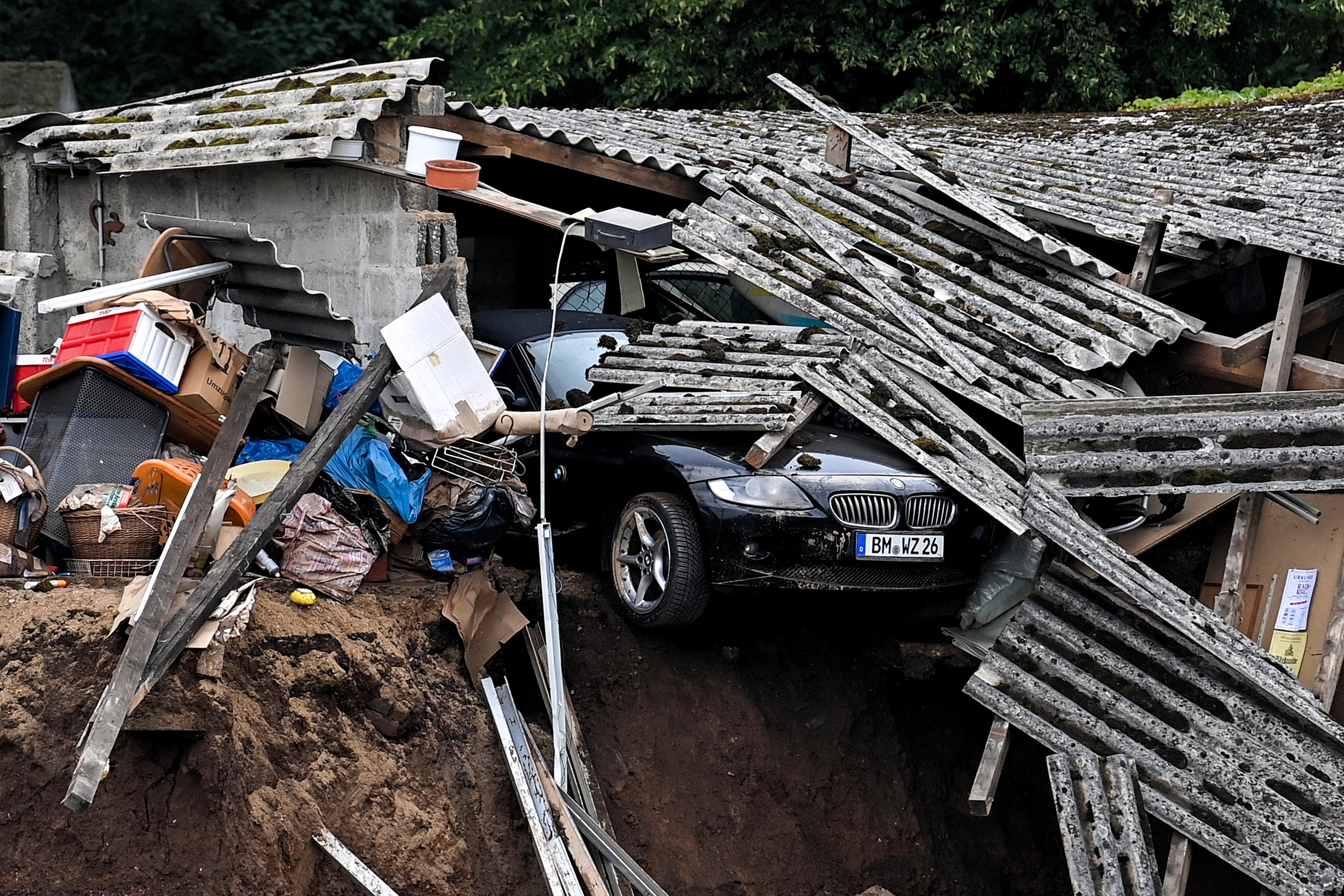 जर्मनी के ब्लेसेम शहर में लैंडस्लाइड के बाद घर बर्बाद हो गया। यहां खड़ी कार को नुकसान पहुंचा।