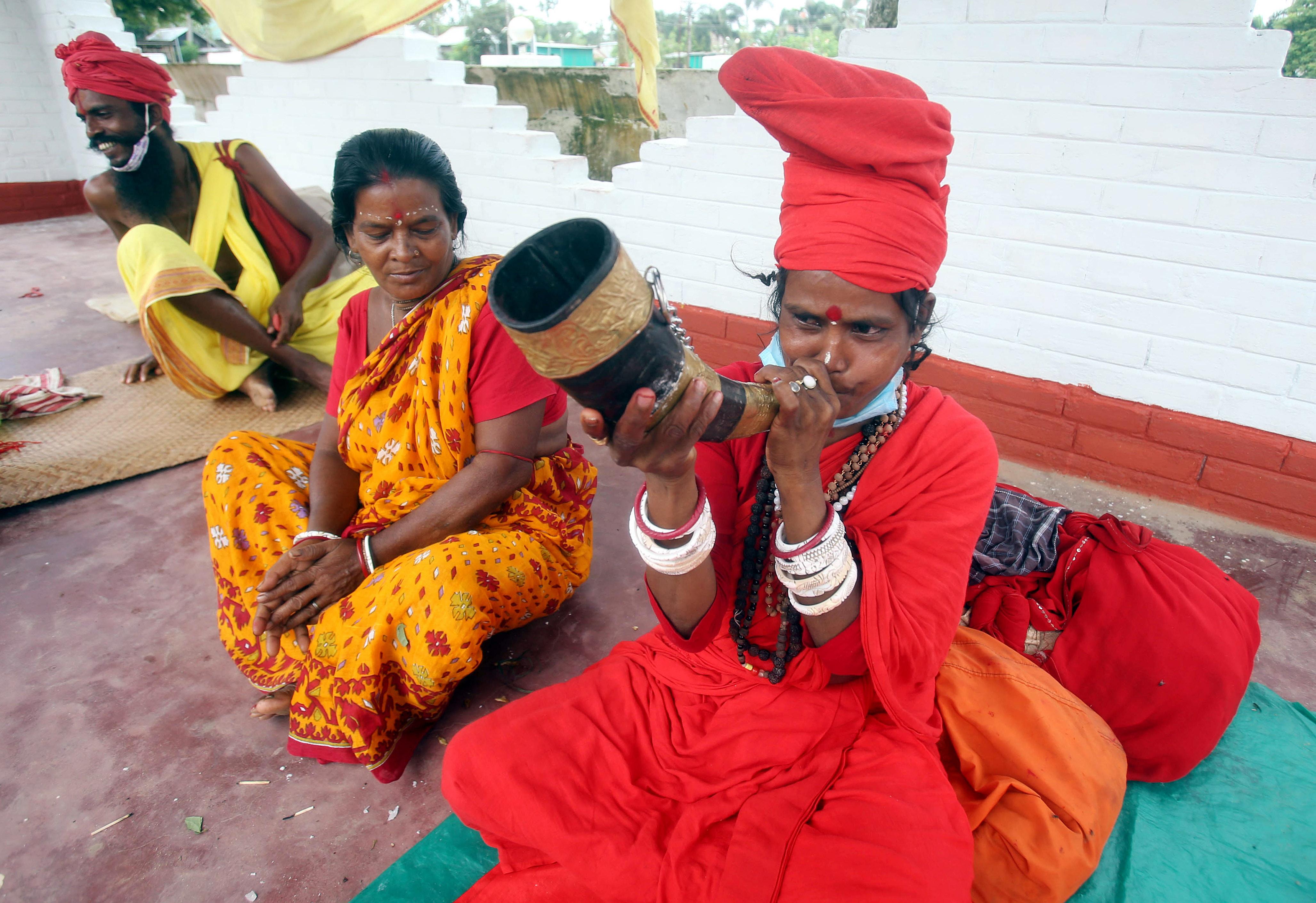 खर्ची पूजा के मौके पर वाद्य यंत्र बजाती एक महिला।