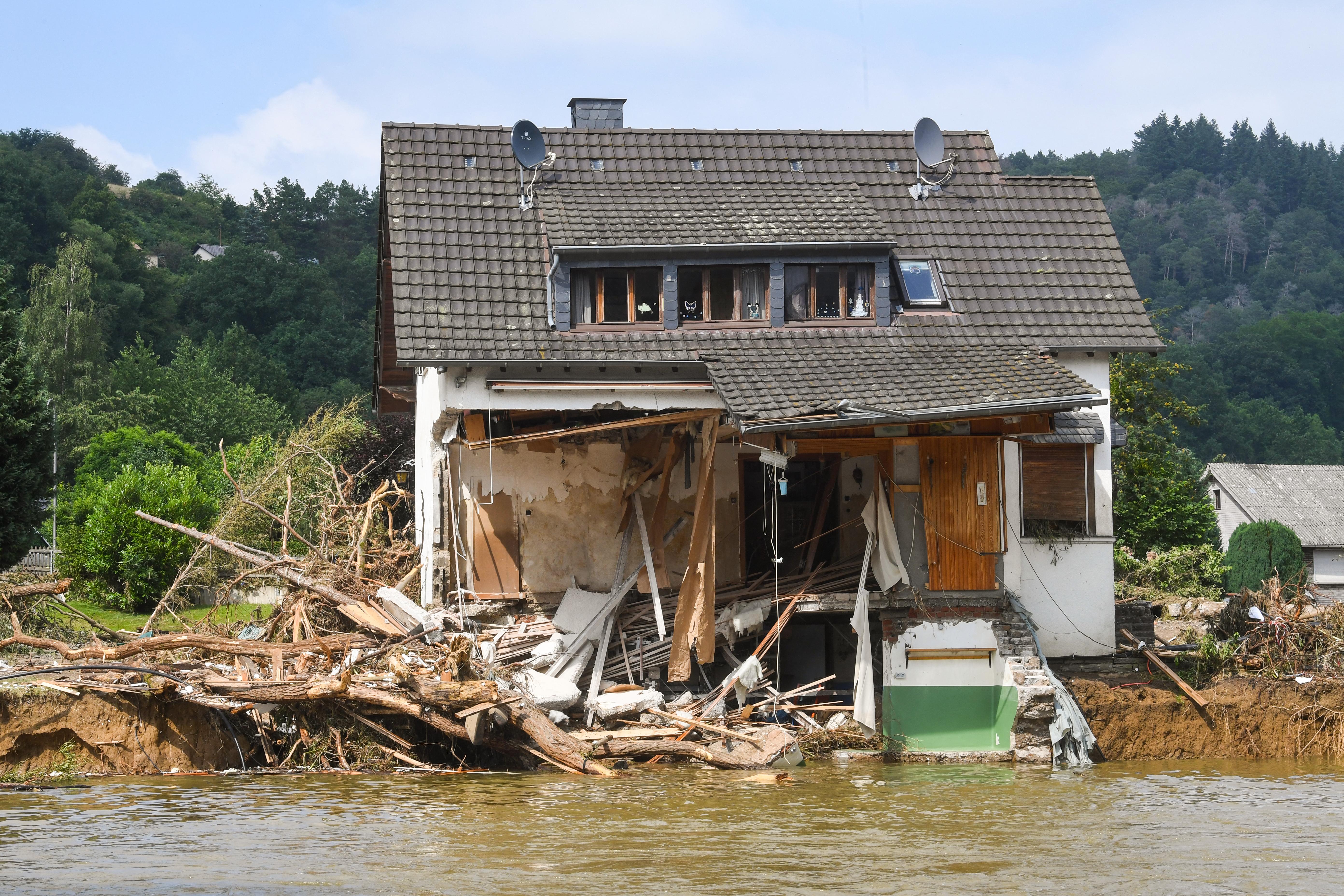 यूरोप में लोग शौकिया तौर पर नदियों के किनारे लकड़ी के घर बनवाते हैं। ऐसे घरों को भारी नुकसान पहुंचा है।