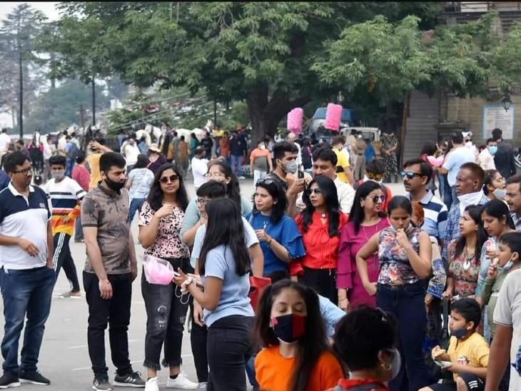 कई राज्यों से लोग हिमाचल प्रदेश के शिमला, मनाली जैसे शहरों में पहुंच रहे हैं।