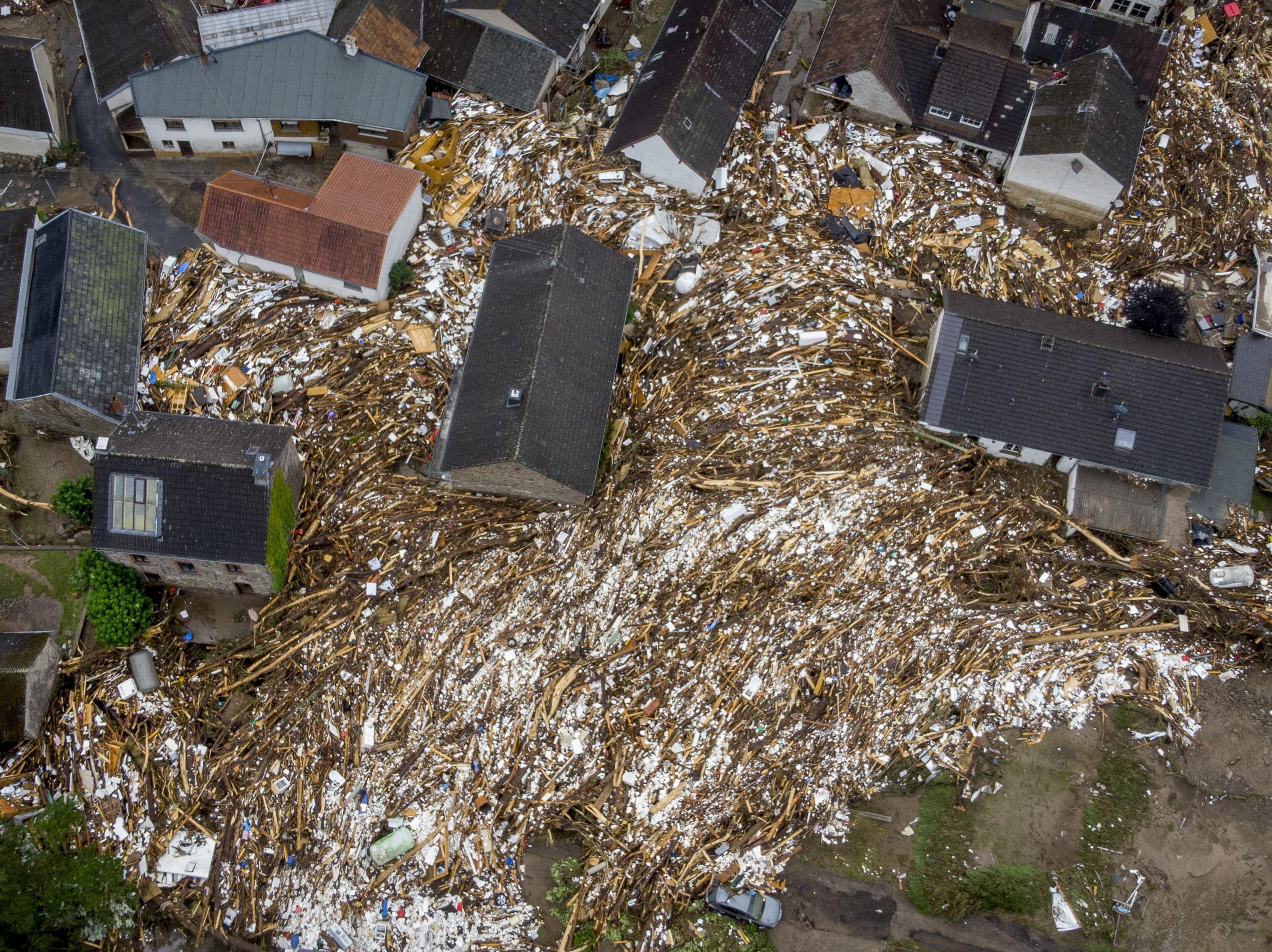 बारिश थमने के बाद कई घरों के आसपास कचरे का ढेर जमा हो गया। अब इससे आने वाली बदबू से लोगों में बीमारियां फैलने का खतरा है।