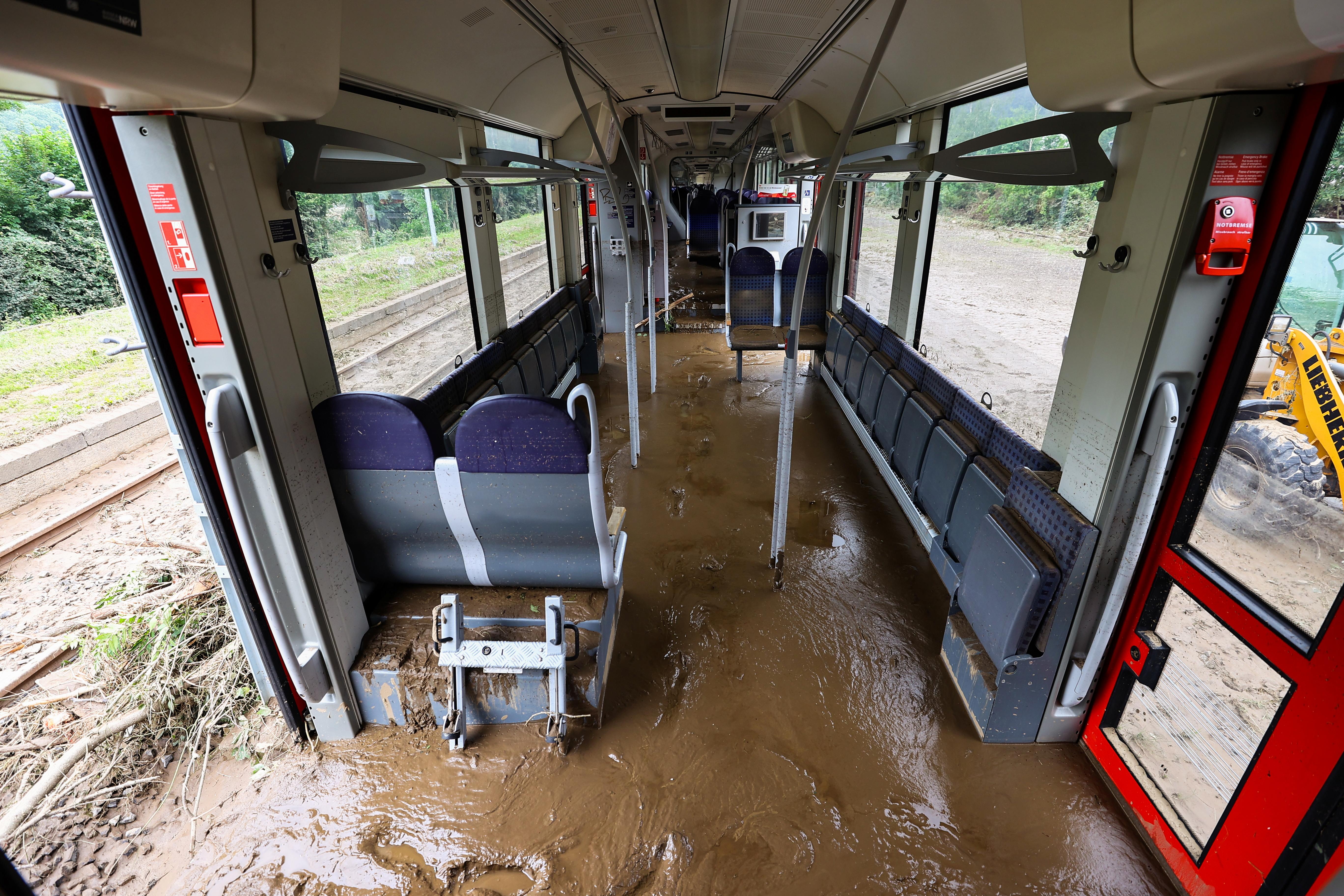 जर्मनी के क्रेजबर्ग शहर में ट्रेन के अंदर बारिश का गंदी पानी और कीचड़ भर गया।