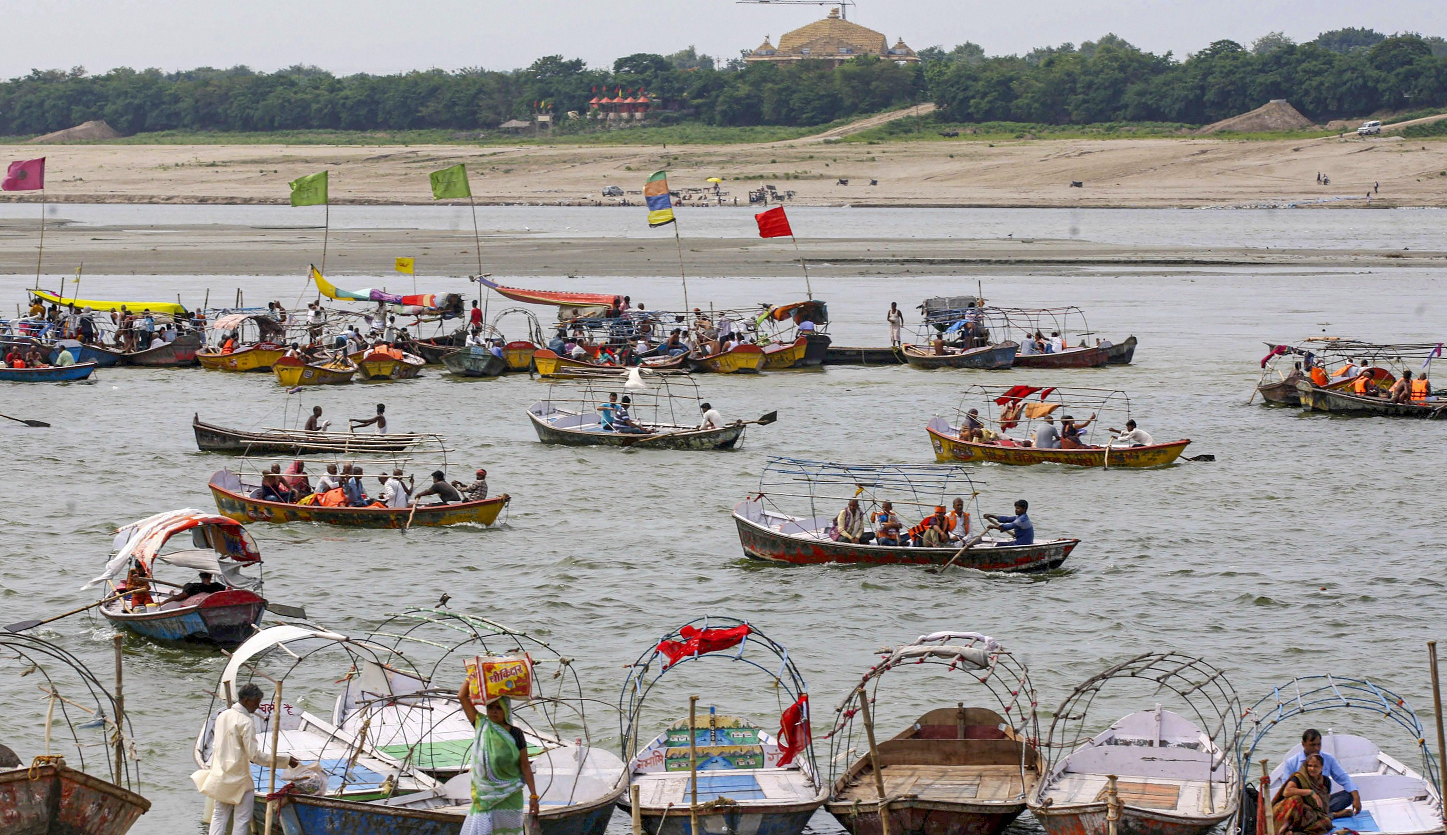फोटो प्रयागराज की है। यहां अष्टमी पर लोगों ने गंगा नदी में नहाने के बाद नावों की सवारी की।