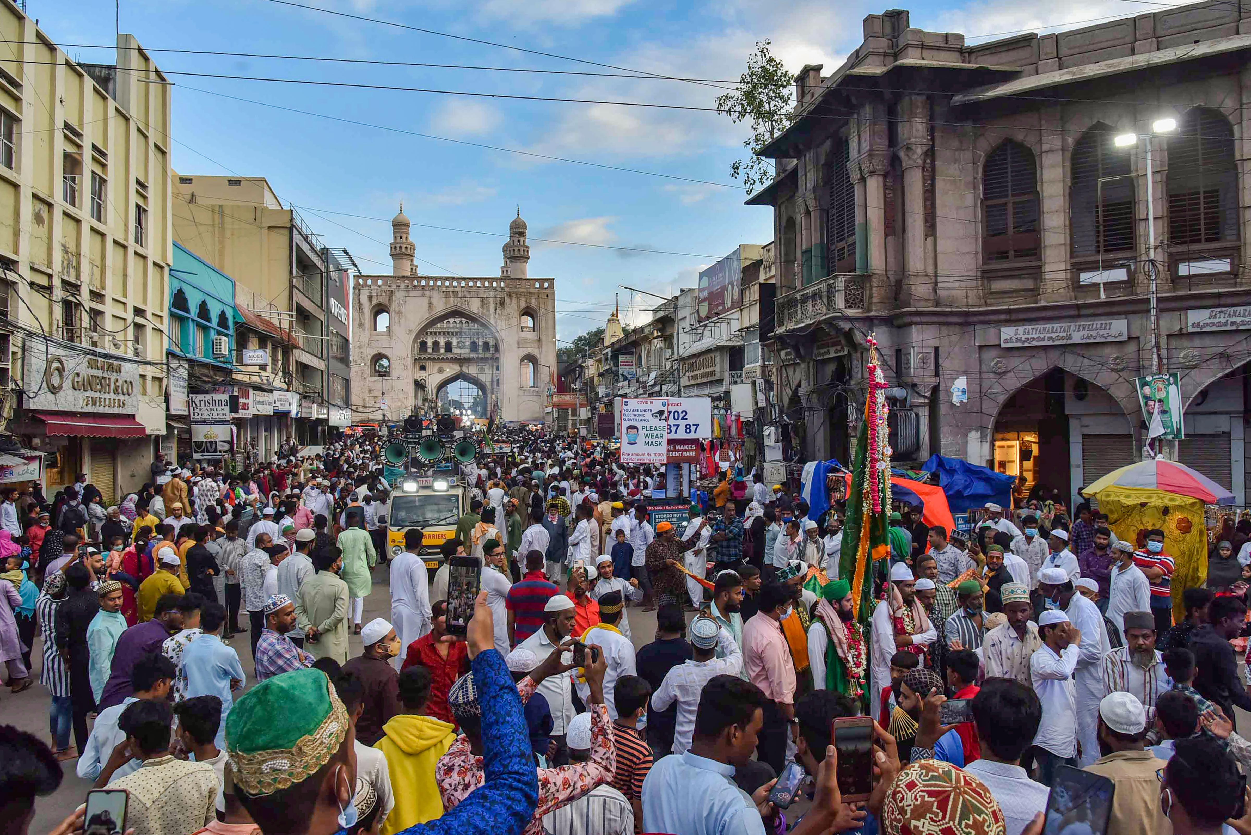 हैदराबाद में सैयद शाह यूसुफुद्दीन की दरगाह पर संदल उठने के कार्यक्रम के दौरान काफी भीड़ नजर आई।