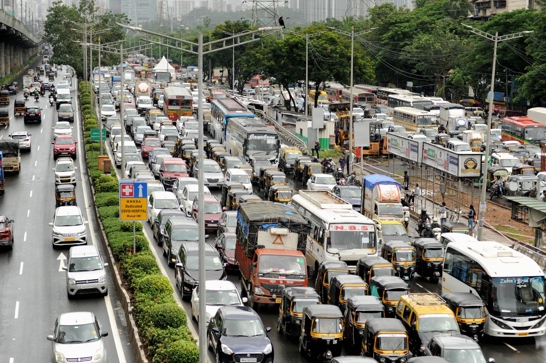 मुंबई में रविवार को सड़कों पर ट्रैफिक जाम के हालात बन गए। पिछले 3 दिनों से जारी बारिश के बीच रविवार को कई लोग आस-पास घूमने के लिए घरों से निकले।