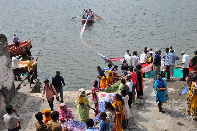 फोटो सूरत की ताप्ती नदी के तट की है। यहां एक व्यक्ति अपने जन्मदिन पर परिजनों के साथ बोटिंग करने आया था।