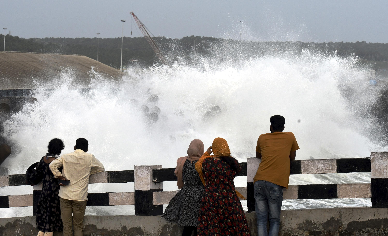 फोटो तिरुवनंतपुरम की है। यहां डेम से पानी छोड़ा गया, जिसे देखने काफी लोग पहुंचे।