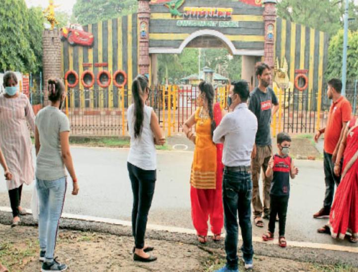 जमशेदपुर के जुबली पार्क पहुंचे कई लोगों को वापस लौटना पड़ा। यहां बिना आईडी कार्ड के एंट्री नहीं दी जा रही है।