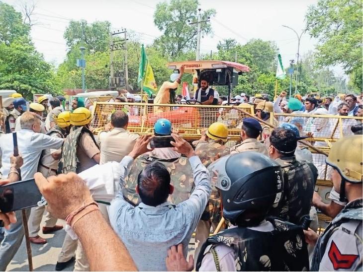 पंजाब के सिरसा में किसानों ने लंबे समय से सड़क जाम की हुई है। इन्हें हटाने पहुंची पुलिस को भी खाली हाथ लौटना पड़ा।
