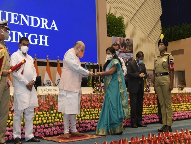 गृहमंत्री अमित शाह ने शहीद की पत्नी को वीरता मेडल सौंपा। - Dainik Bhaskar