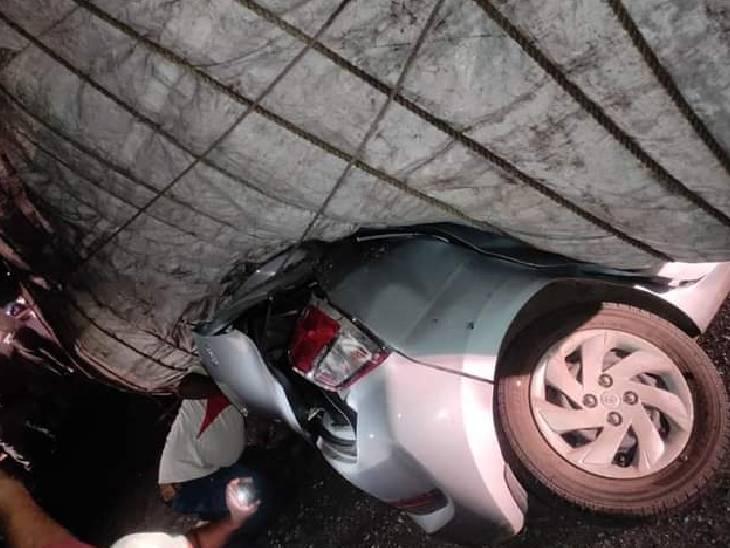 मुड़ते समय ट्रक बेकाबू होकर पलटा; बुजुर्ग वकील और पत्नी ने दम तोड़ा; चपटी हो गई कार, ट्रक में इतना वजन था कि तीन क्रेन बुलानी पड़ीं|सीहोर,Sehore - Dainik Bhaskar
