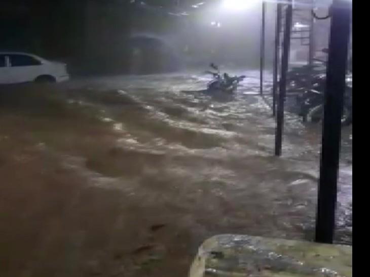 शनिवार रात बारिश के बाद देहरादून की कई सड़कों में पानी भर गया।