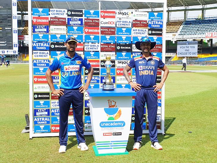 मैच से पहले श्रीलंका के कप्तान दासुन शनाका और शिखर धवन ने वनडे ट्रॉफी के साथ पोज दिया।