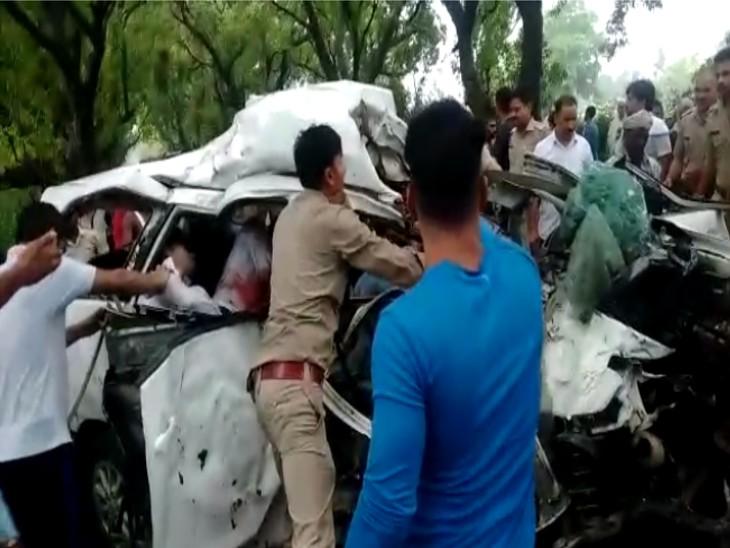 दुल्हन को विदा कराकर लौट रही थी बारात, बीच रास्ते कार पेड़ से टकराई; दुल्हन समेत 3 लोग अस्पताल में भर्ती-जेसीबी से कार काटकर निकाले गए शव|एटा,Etah - Dainik Bhaskar