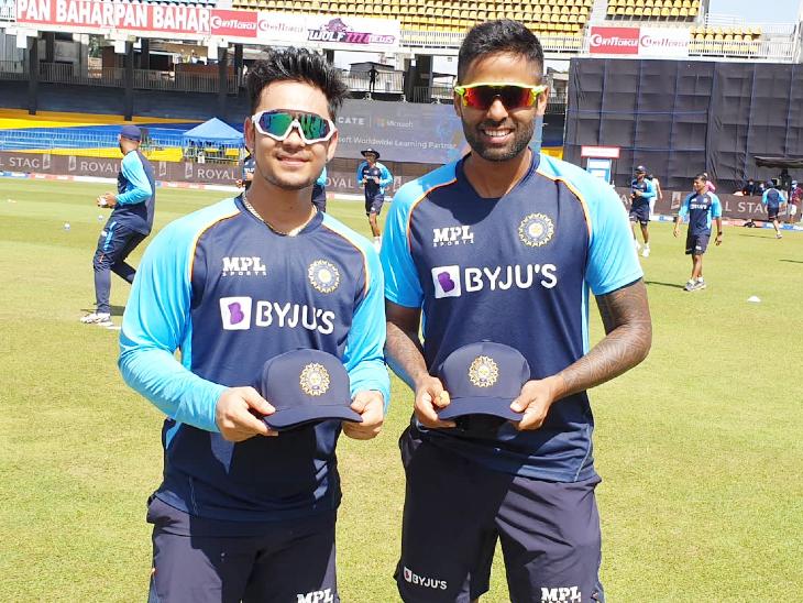 वनडे डेब्यू कैप मिलने के बाद ईशान किशन और सूर्यकुमार यादव। दोनों ने एकसाथ टी-20 में भी डेब्यू किया था।