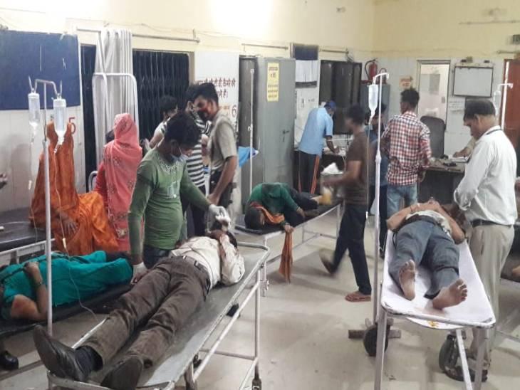 हाथरस में ट्रक की टक्कर से कार सवार 4 की मौत, वृंदावन जा रहे थे; शाहजहांपुर में मरीज के लिए चाय लेने जा रहे 3 लोगों को बस ने कुचला उत्तरप्रदेश,Uttar Pradesh - Dainik Bhaskar