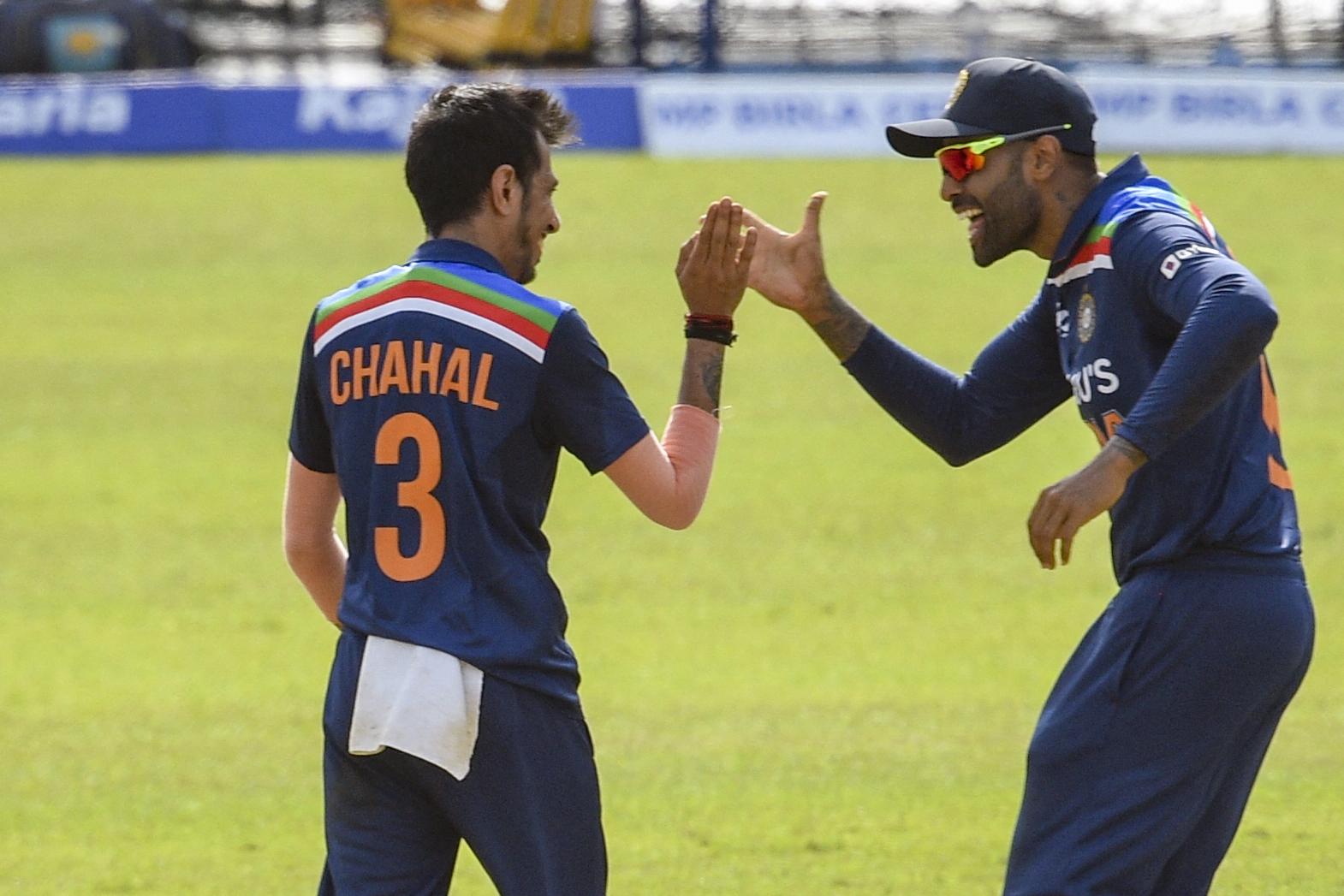 चहल ने श्रीलंका के कप्तान शनाका का विकेट लिया। इसके बाद सूयर्यकुमार यादव के साथ जश्न मनाते हुए।