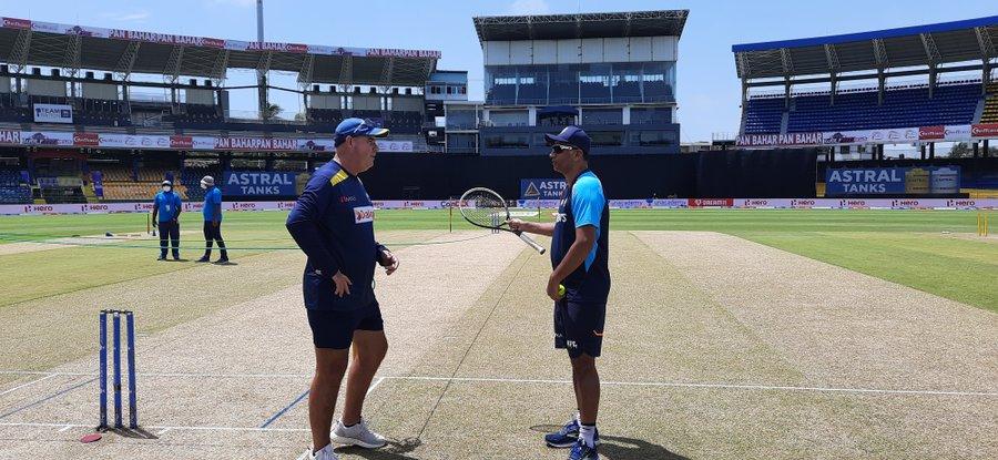 मैच शुरू होने से पहले श्रीलंकाई कोच मिकी आर्थर और भारतीय कोच राहुल द्रविड़ बात करते नजर आए। रवि शास्त्री के इंग्लैंड दौरे पर होने के कारण द्रविड़ बतौर कोच श्रीलंका दौरे पर गए हैं।