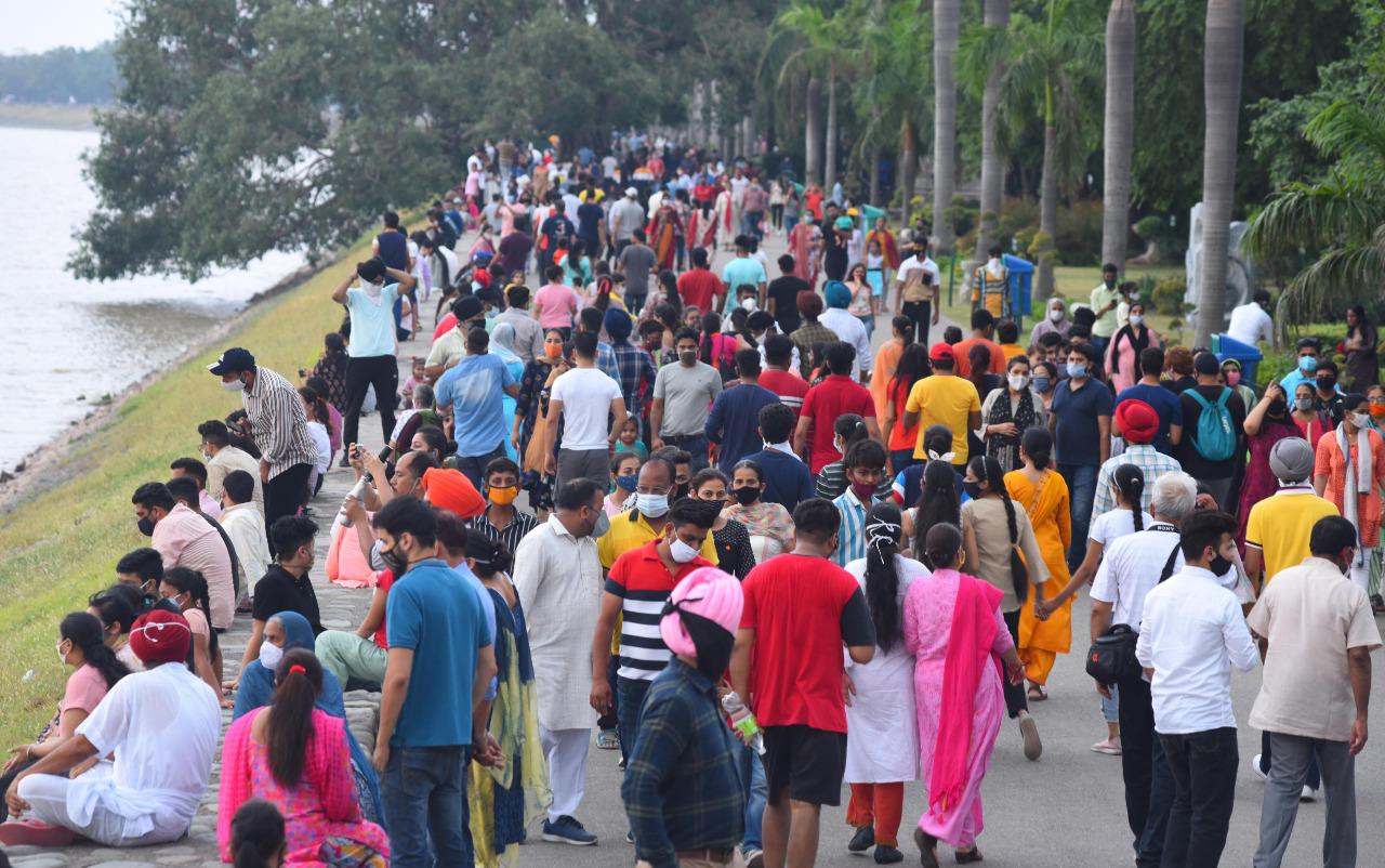 चंडीगढ़ की सुखना लेक पर टूरिस्ट की भीड़। यहां हर रविवार कुछ ऐसा ही नजारा देखने को मिलता है। फोटो: लखवंत सिंह