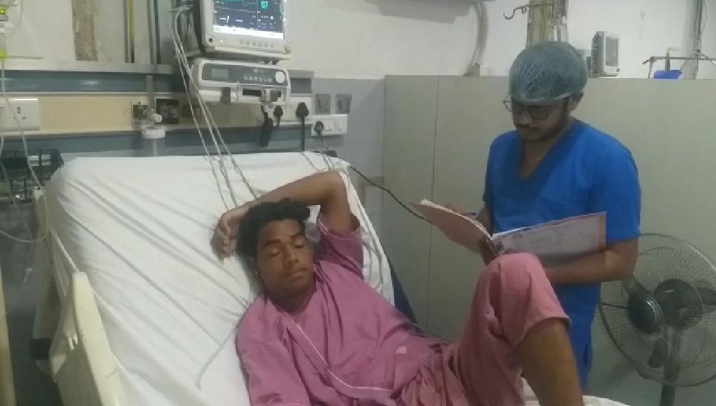 सांप के काटने से अचेत हो गया था मजदूर, बंद हो रही थीं दिल की धड़कनें...डॉक्टरों ने बिना पैसे के इलाज करके बचा ली जान|आगरा,Agra - Dainik Bhaskar