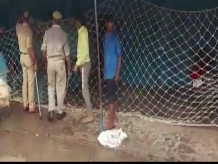 वन विभाग की टीम और पुलिस फोर्स ने तेंदुए को पकड़ने के लिए जाल लगा दिए हैं।