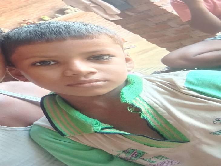 बच्चे का तालाब में मिला शव, जन्मदिन की दावत खाने घर से निकला था; एक साल पहले हुई थी मां की मौत|फिरोजाबाद,Firozabad - Dainik Bhaskar