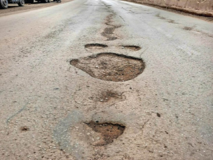 70 करोड़ में बनाई 9 किमी सड़क 3 साल में उखड़ी, अब विभाग को ही करना पड़ेगा मेंटनेंस|रायपुर,Raipur - Dainik Bhaskar