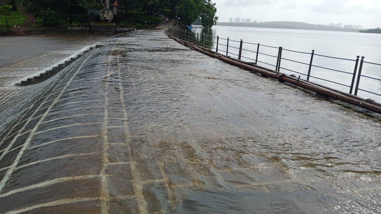भारी बारिश के बाद मुंबई की विरार झील ओवरफ्लो हो गई। इस झील से मुंबई के लोगों को पानी की सप्लाई की जाती है।