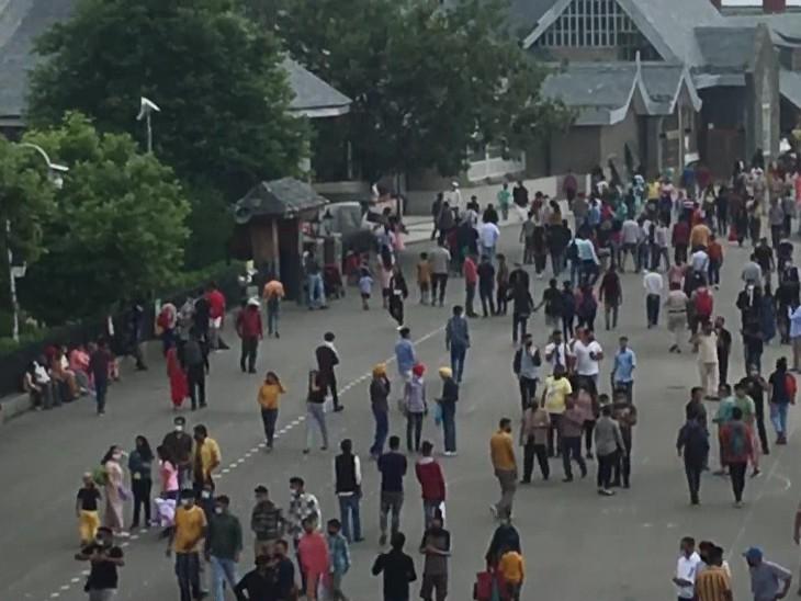 शिमला के मॉल रोड और रिज में वीकेंड पर भारी भीड़ लग रही है। यहां ज्यादातर लोग बिना मास्क के ही नजर आते हैं।
