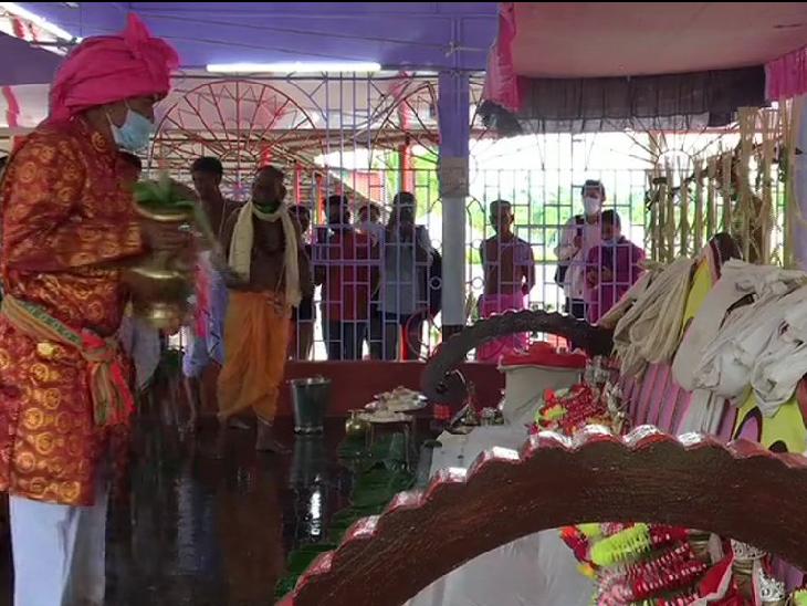 खर्ची पूजा त्रिपुरा का प्रमुख त्योहार है। इसमें 14 देवी-देवताओं की 7 दिनों तक पूजा की जाती है।