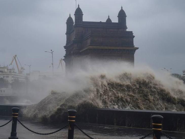 ताउते तूफान के समय गेटवे ऑफ इंडिया का नजारा कुछ ऐसा हो गया था। यह तस्वीर देखकर लोग हैरान रह गए थे।