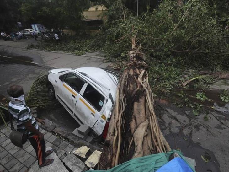 ताउते ने गुजरात में काफी तबाही मचाई थी। कई पेड़ उखड़ गए। सड़कें टूट-फूट गईं।