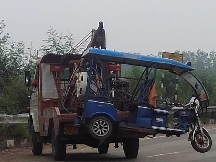 पुलिया टूटने की वजह से 2 साल से वन वे है ट्रैफिक, कार ने पहले ई रिक्शा को टक्कर मारी फिर साइकिल सवार को रौंदा, कार सवार भी जख्मी|मुरादाबाद,Moradabad - Dainik Bhaskar