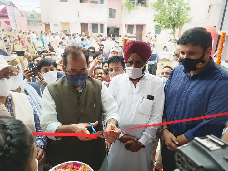 केंद्रीय मंत्री मुख्तार अब्बास नकवी ने रामपुर में मशहूर शायर मुनव्वर राणा को चुनावी चौपाल का मनोरंजन मानुस कहा है। - Dainik Bhaskar