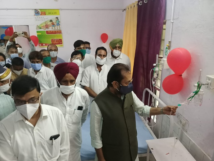 नकवी ने रामपुर में ऑकसीजन प्लांट का उद्घाटन भी किया।