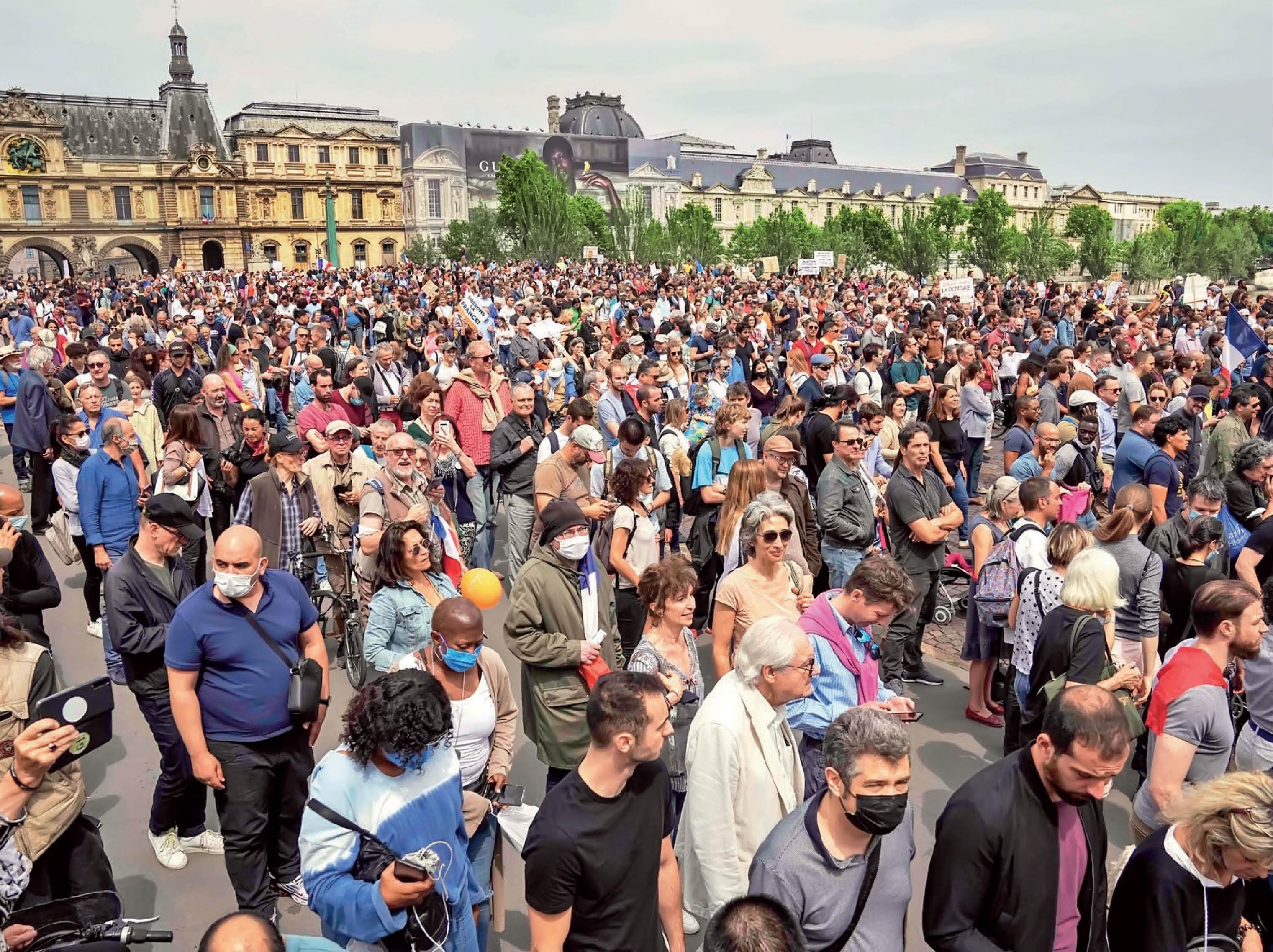 फ्रांस सरकार ने बार और रेस्तरां में प्रवेश के लिए वैक्सीनेशन पास की प्रक्रिया अनिवार्य कर दी है। इसे लेकर फ्रांस में टीका विरोधी प्रदर्शन शुरू हो गया है। एक लाख लोग सड़कों पर उतर आए हैं। उनका कहना है- जो लोग टीकाकरण नहीं चाहते, यह उनकी पसंद की स्वतंत्रता का उल्लंघन है।