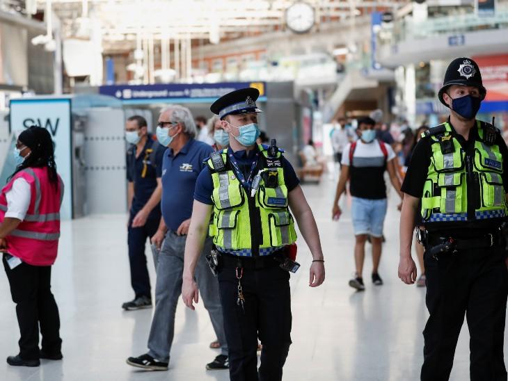 कोरोना के मामलों में तेजी आने पर ब्रिटेन में एयरपोर्ट और मेट्रो स्टेशन पर पुलिस ने मास्क की चेकिंग शुरू कर दी है। - Dainik Bhaskar