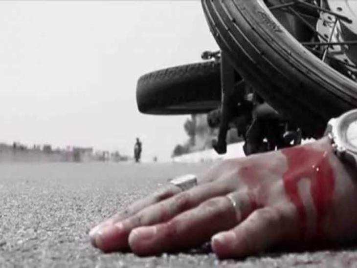 गिट्टी लदे ट्रक ने बाइक सवार दंपति को कुचला, शरीर के टुकड़े 5 मीटर दूर तक सड़क पर बिखर गए; मां ने गोद के बच्चे को खरोच तक नहीं आने दी|प्रयागराज,Prayagraj - Dainik Bhaskar
