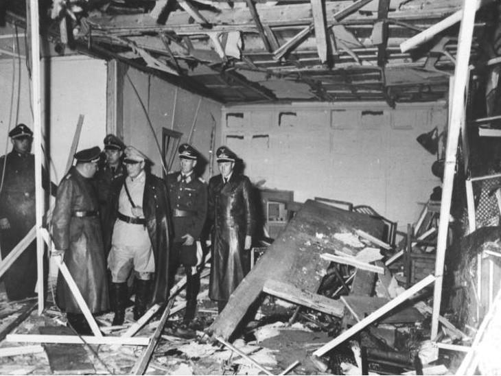 धमाके के बाद घटनास्थल की जांच करते नाजी पार्टी के अधिकारी।