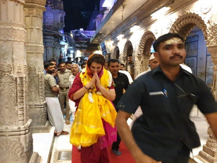 फोटो 2019 की है। प्रियंका गांधी ने लोकसभा चुनाव के दौरान काशी विश्वनाथ मंदिर पहुंचकर पूजा की थी।