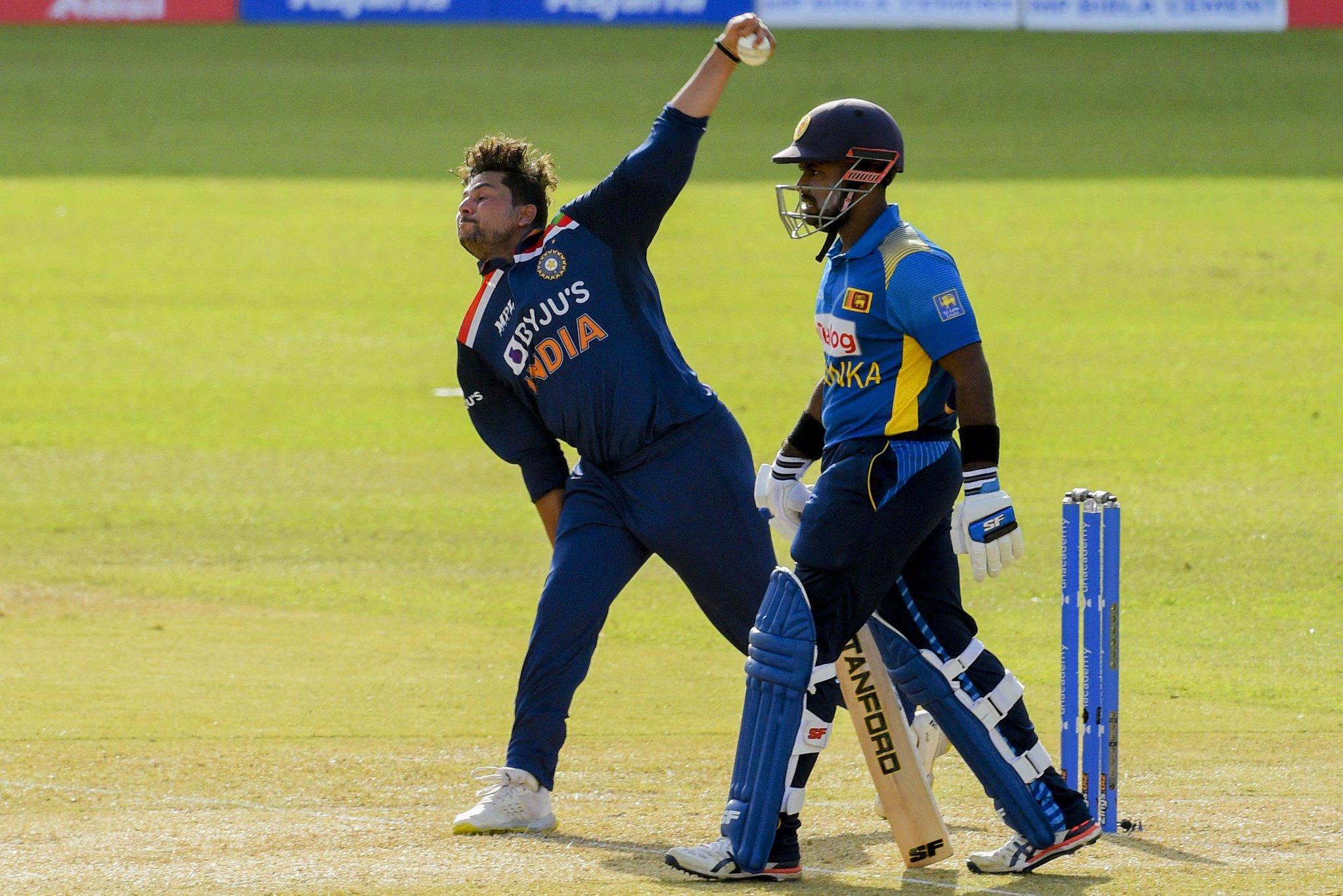 कुलदीप ने श्रीलंका को 17वें ओवर में 2 झटके दिए। उन्होंने भानुका राजपक्षा और मिनोद भानुका को आउट किया।