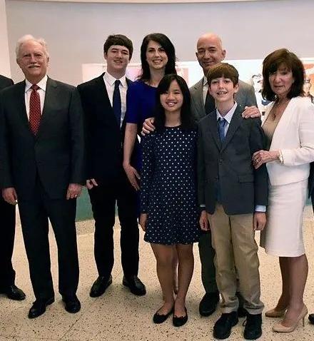 अपने पत्नी, बच्चों और परिवार के साथ जेफ बेजोस, दाहिनी ओर से तीसरे, अपने बेटे के ठीक पीछे।