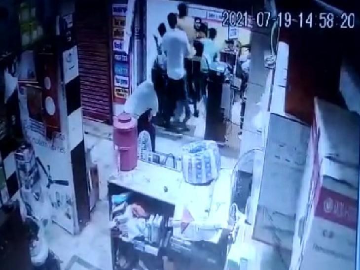 दर्जनभर युवकों ने जनसेवा केंद्र में की लूटपाट, तीन के खिलाफ नामजद रिपोर्ट प्रयागराज (इलाहाबाद),Prayagraj (Allahabad) - Dainik Bhaskar