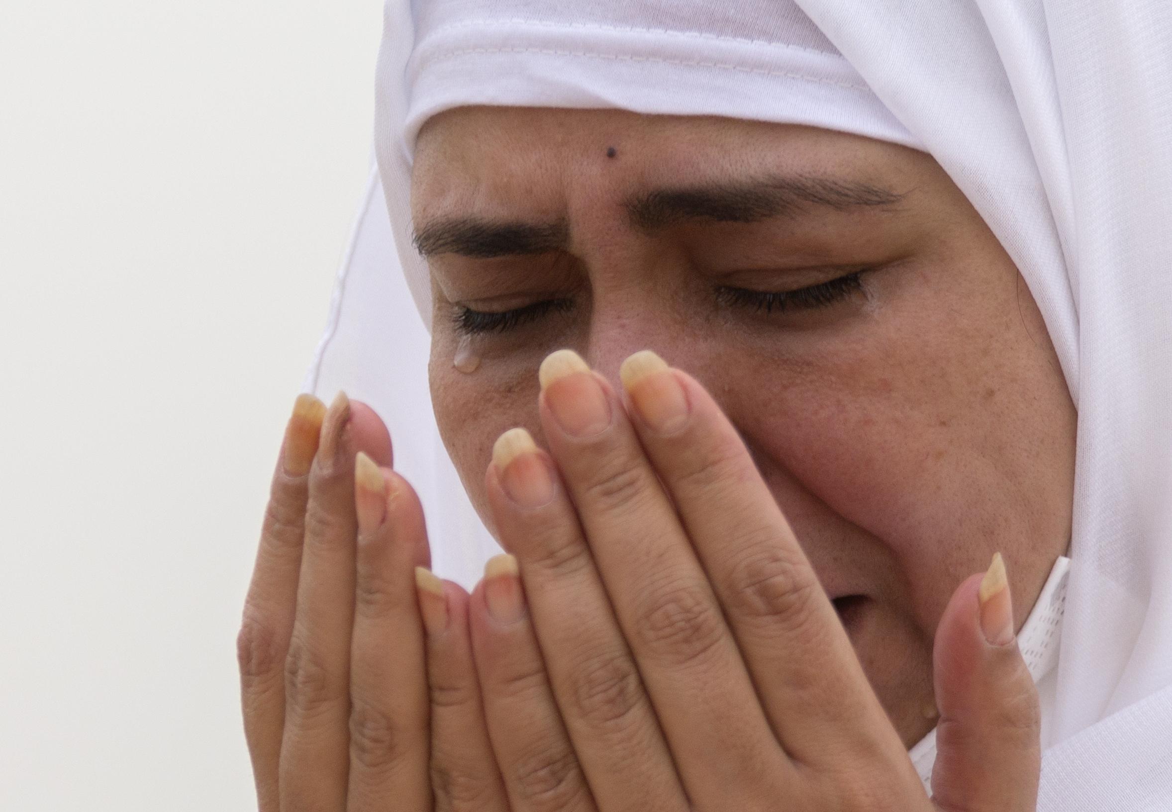 मक्का से 20 किमी दूर अराफत के पहाड़ पर दुआ पढ़ती महिला। इसे रहमत का पहाड़ भी कहते हैं।