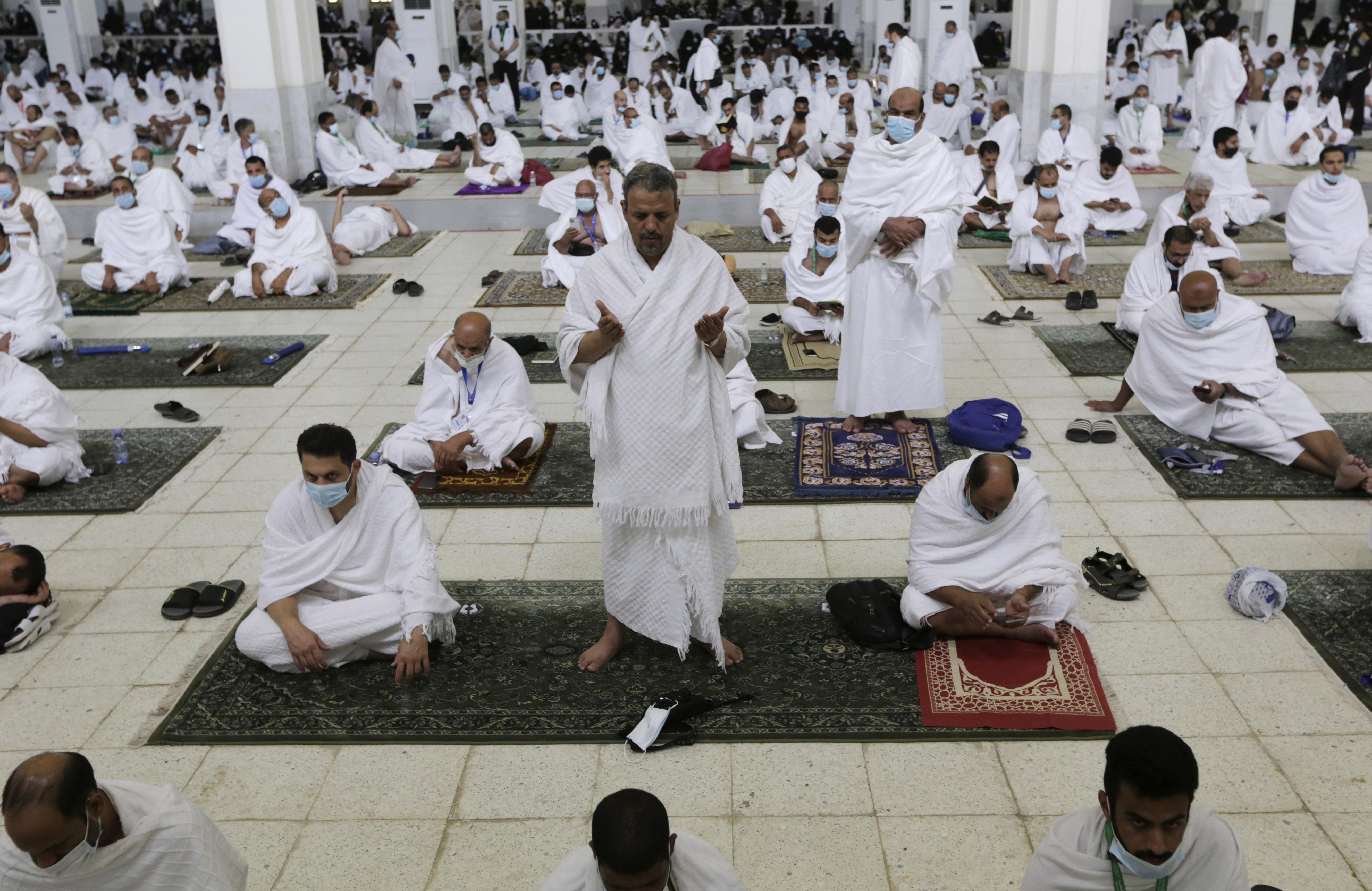 अराफत की नमीरा मस्जिद में सोशल डिस्टेंसिंग का पालन करते हुए दुआ पढ़ते लोग।
