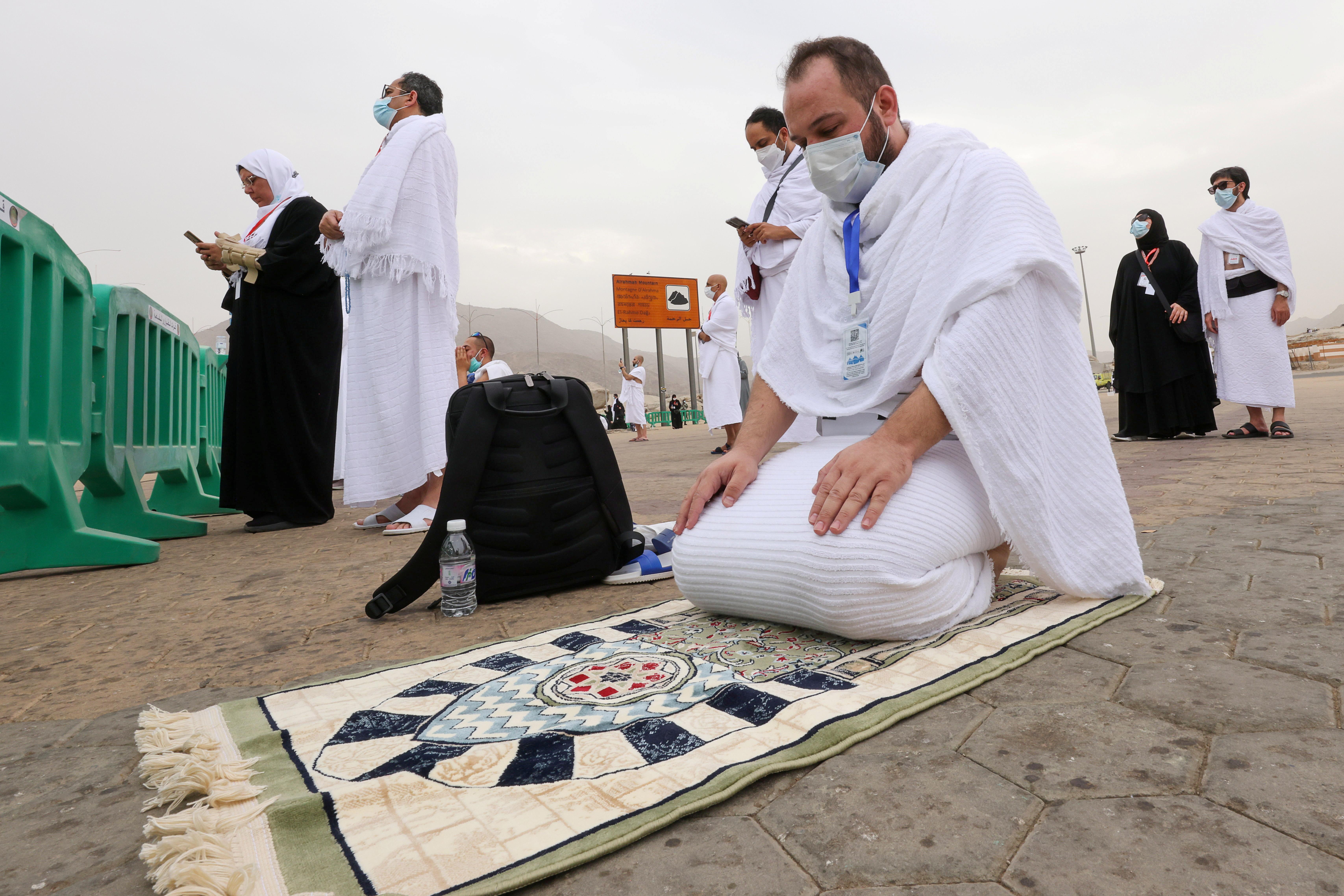 अराफत के मैदान में दुआ पढ़ते हज यात्री। कोरोना के चलते इस साल भी कम लोग हज में शामिल हुए।