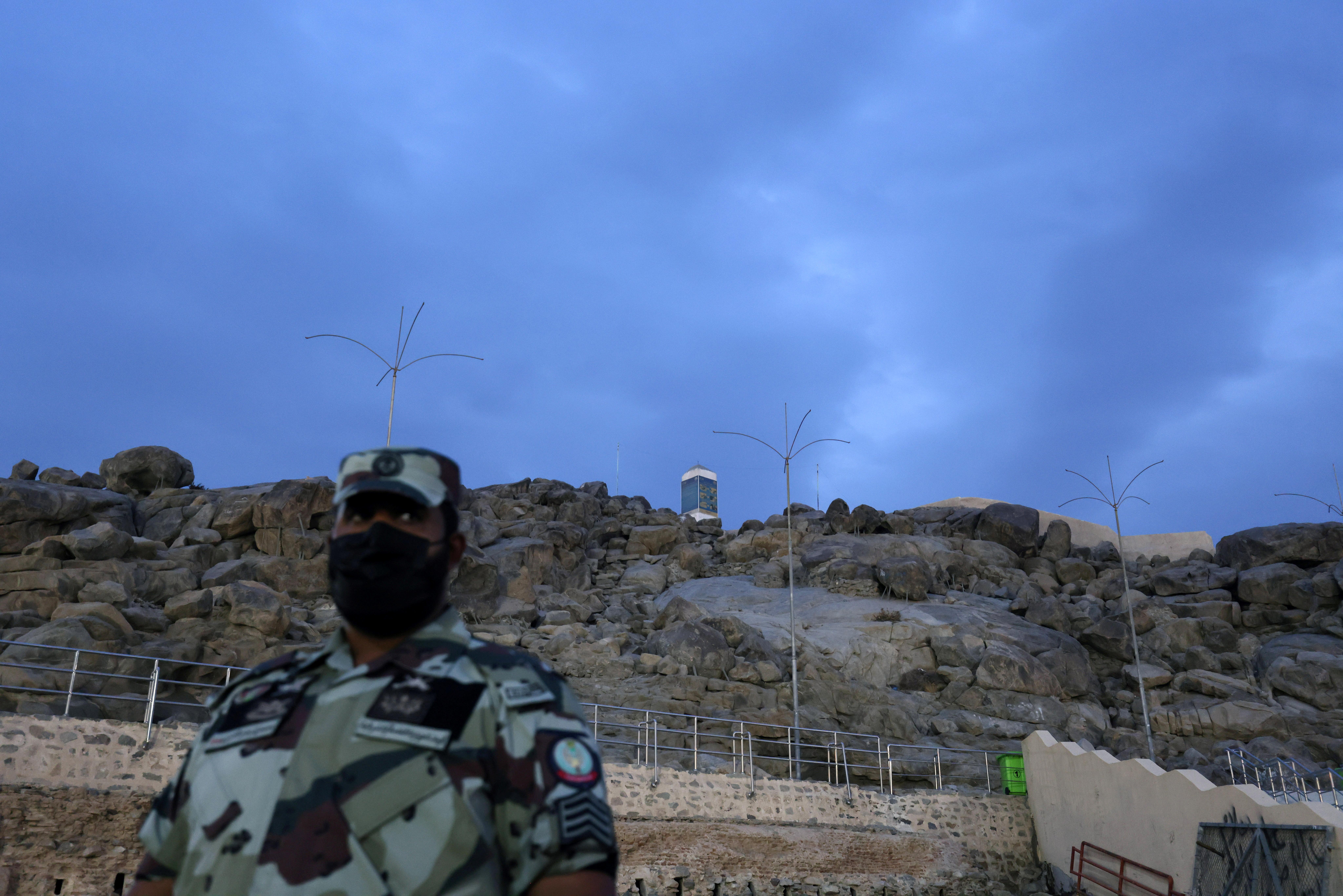 अराफत के पर्वत के पास खड़ा सऊदी सिक्योरिटी फोर्स का एक गार्ड।