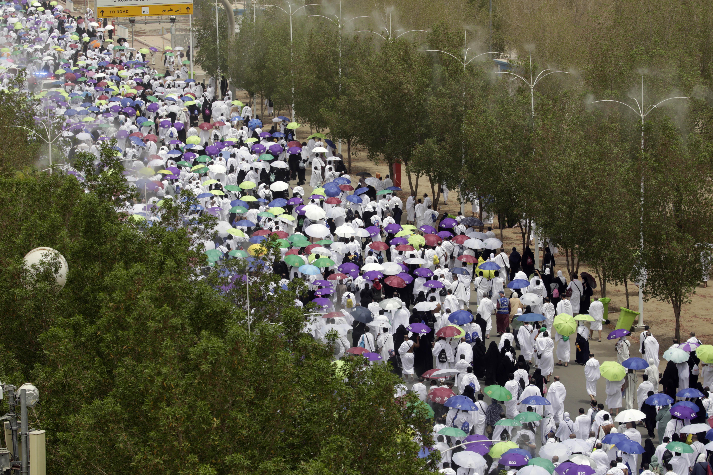 नमीरा मस्जिद में नमाज अदा करने के बाद बाहर निकलते हजारों लोग।