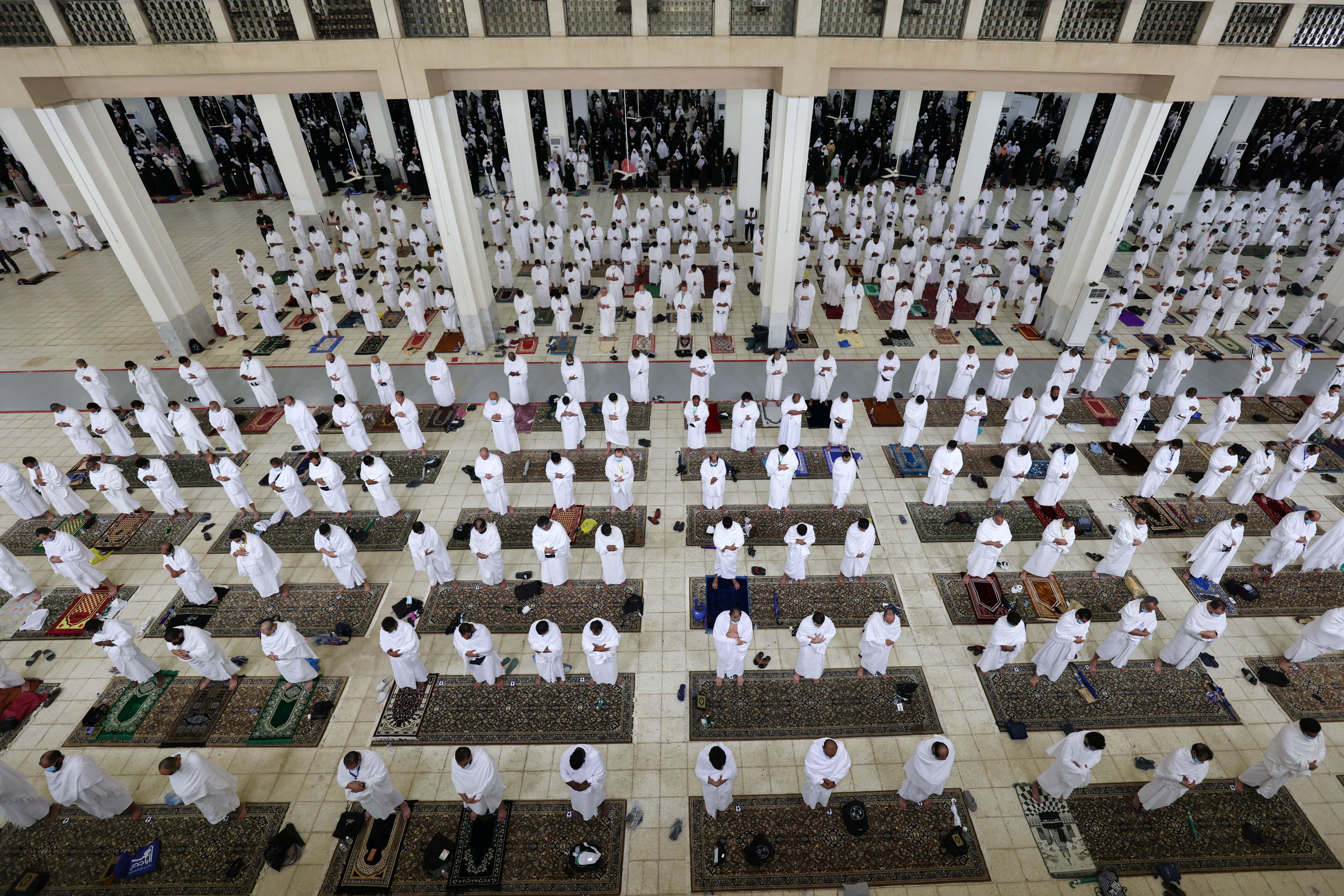 अराफत के मैदान में नमीरा मस्जिद में नमाज पढ़ते जायरीन।