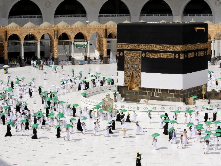 मक्का की मस्जिद अल-हरम में सबसे पवित्र स्थल काबा की परिक्रमा करते तीर्थयात्री। - Dainik Bhaskar